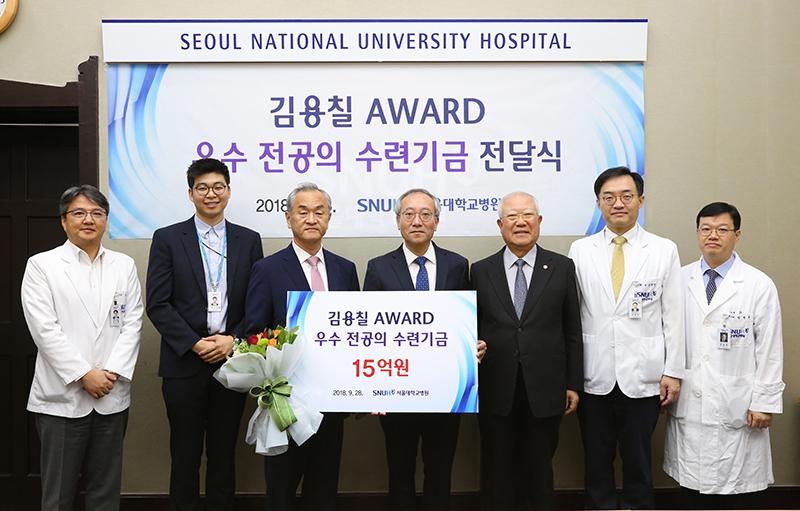 왼쪽 세번째부터 이영술 경일빌딩 대표, 서창석 서울대병원장